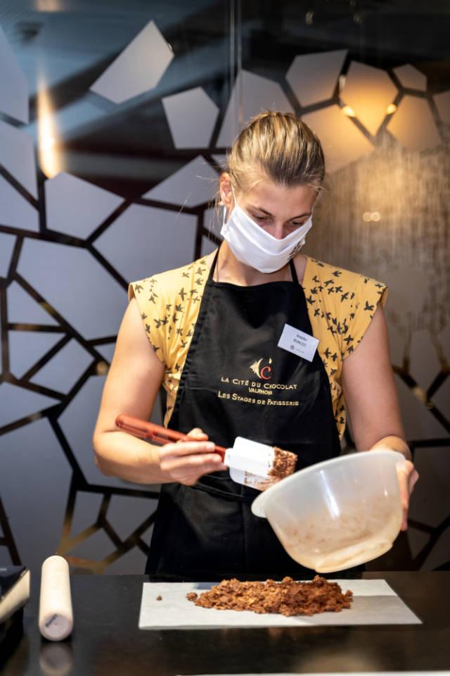 Jennifer Poncet à la Cité du Chocolat, gagnante du du concours de Pâtisserie Gourmet
