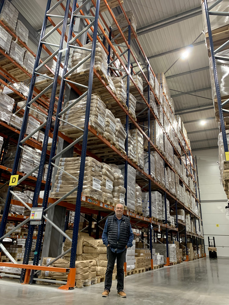 Michel d'OZENAY dans l'entrepôt SENFAS