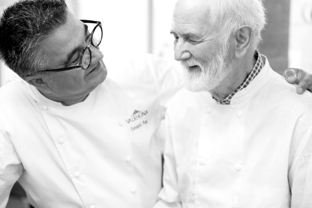 Claude BOURGUIGNON toujours aimé de ses anciens apprentis. Ici avec Frederic Bau en 2018 ©Bourguignon Pâtisserie